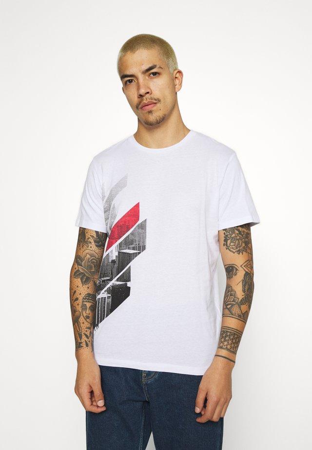 JCOMUGHLAI TEE CREW NECK - T-shirt con stampa - white