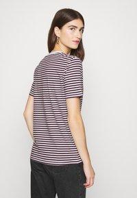 Selected Femme - PERFECT BOX CUT - Print T-shirt - winetasting/snow white - 2