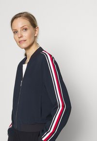 Tommy Hilfiger - ICON DOUBLE - Leichte Jacke - desert sky - 3