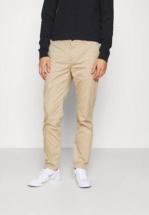 STUART REGULAR - Trousers - sand