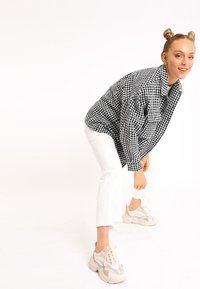 Pimkie - MIT HAHNENTRITTMUSTER - Button-down blouse - schwarz - 1