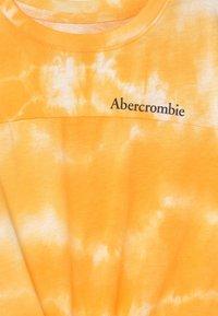 Abercrombie & Fitch - SPORTY TIE FRONT - Triko spotiskem - yellow - 2