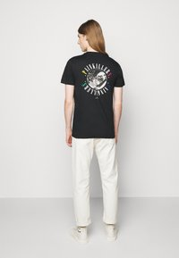 PS Paul Smith - MENS SLIM FIT PAINKILLERS - Print T-shirt - black - 2