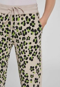 Oui - Tracksuit bottoms - light grey green - 4