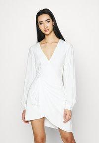 NA-KD - GATHERED OVERLAP DRESS - Cocktailklänning - white - 0