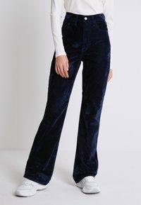Levi's® - RIBCAGE BOOT - Spodnie materiałowe - lush indigo velvet - 0