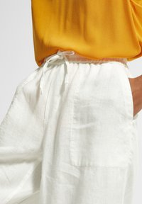 comma casual identity - Tracksuit bottoms - white - 3