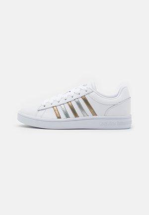 COURT WINSTON - Zapatillas - white/silver/gold
