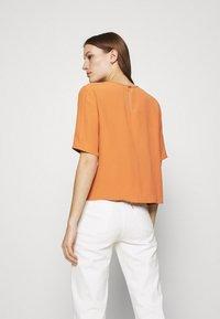 IVY & OAK - TIANA - Basic T-shirt - sienna autumn - 2