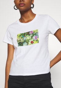 Levi's® - GRAPHIC SURF TEE - T-shirt z nadrukiem - white - 6