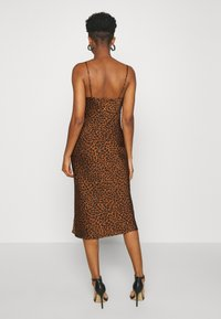 Good American - LEOPARD SLIP DRESS - Robe d'été - chai - 2