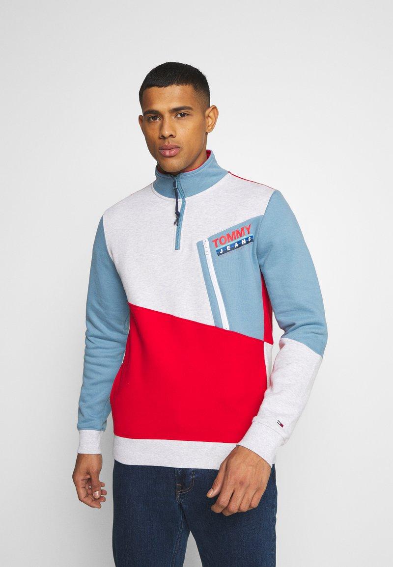 Tommy Jeans - COLORBLOCK ZIP MOCK NECK UNISEX - Sweatshirt - vintage denim/multi