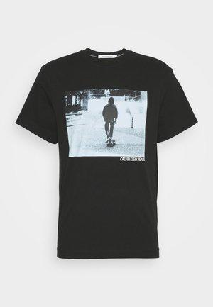 URBAN SKATER BOX TEE UNISEX - Print T-shirt - black