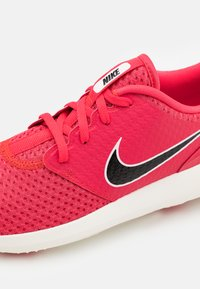 Nike Golf - ROSHE - Golf shoes - fusion red/black/sail - 5