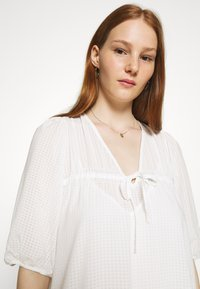 Second Female - TARA DRESS - Denní šaty - bright white - 3