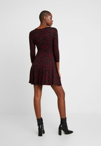 Dorothy Perkins - DITSY FLORAL FIT FLARE - Jerseykjoler - red - 3