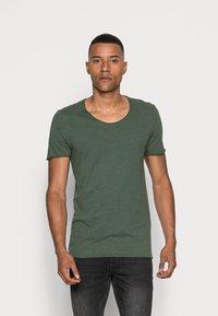 Selected Homme - SLHNEWMERCE O-NECK TEE - T-shirt - bas - cilantro/melange - 0