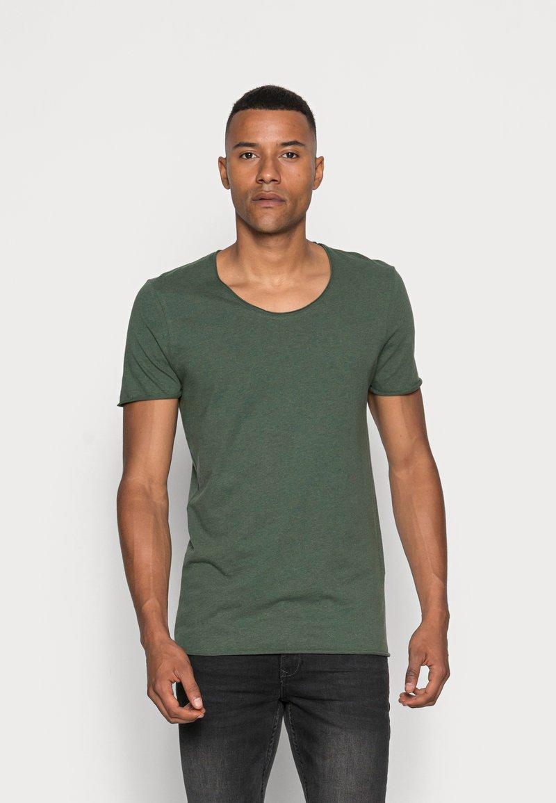 Selected Homme - SLHNEWMERCE O-NECK TEE - T-shirt - bas - cilantro/melange