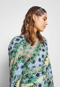Never Fully Dressed - MONACO JOHANNA PRINT DRESS - Kjole - blue - 4