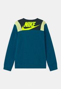 Nike Sportswear - AMPLIFY CREW - Sudadera - deep ocean/green abyss/liquid lime/volt - 1