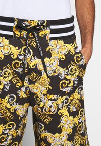 Versace Jeans Couture - PRINT NEW LOGO - Pantaloni sportivi - nero - 5