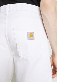 Carhartt WIP - NEWEL PARKLAND - Shorts di jeans - white worn washed - 4