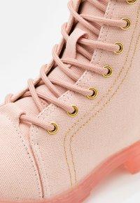 Cotton On - LACE UP COMBAT BOOT - Šněrovací kotníkové boty - peach whip - 5