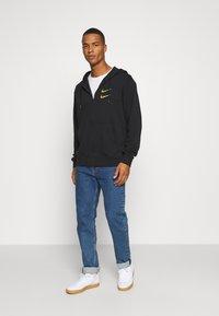 Nike Sportswear - HOODIE - Sudadera con cremallera - black/gold - 1