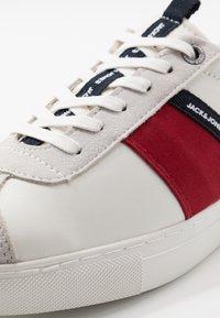 Jack & Jones - JFWSLOANE LOGO - Sneakersy niskie - white - 5