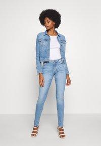 Guess - ADELYA ZIP - Kurtka jeansowa - dolby - 1