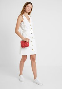 Missguided Tall - BELTED BUTTON THROUGH DRESS - Dongerikjole - white - 1