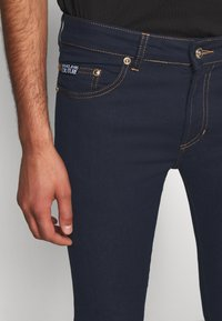 Versace Jeans Couture - DENIM RINSE - Jeansy Slim Fit - indigo - 3