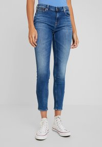 Tommy Jeans - NORA MID RISE SKNY ANKL ZIPMNM - Jeans Skinny Fit - maine mid bl str - 0