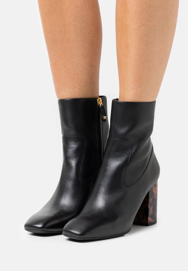 MICHAEL Michael Kors - MARCELLA FLEX BOOTIE - Kotníkové boty - black