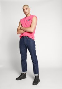 Tommy Jeans - BADGE TEE  - T-shirt basic - bright cerise pink - 1