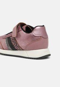 Geox - JENSEA GIRL - Sneakersy niskie - pink/black - 4