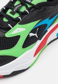 Puma - FAST - Sneakers laag - black/elektro green/high risk red - 5