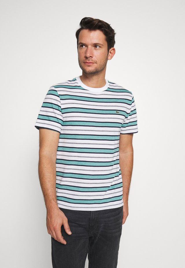 TH5141-00 - T-shirt imprimé - white/navy blue niagara blue