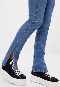 Bershka - Bootcut jeans - blue denim - 3