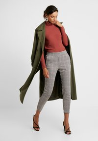 b.young - BYRYDRA PANTS - Trousers - chocolate/brown combi - 1