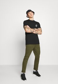 Nudie Jeans - EASY ALVIN - Chino kalhoty - green - 1