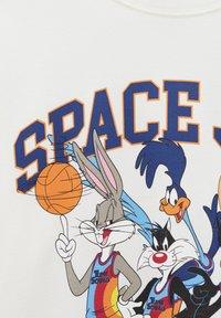 PULL&BEAR - SPACE JAM - Print T-shirt - off-white - 5