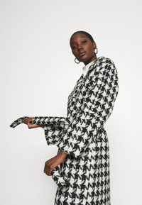 Gestuz - UNNAGZ COAT - Classic coat - black/white - 3