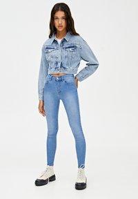 PULL&BEAR - MIT HALBHOHEM BUND - Jeans Skinny Fit - light blue - 1