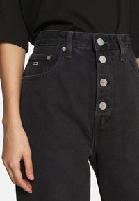Tommy Jeans - MOM JEAN HR TPRD BF TJSBKR - Relaxed fit jeans - tj save fa black rig - 3