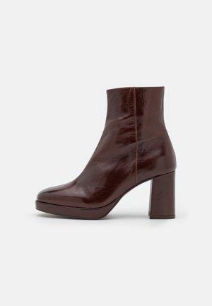 BORIS - Platform ankle boots - brillant marron