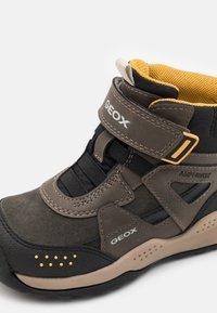 Geox - TERAM BOY ABX - Zimní obuv - military/dark yellow - 5