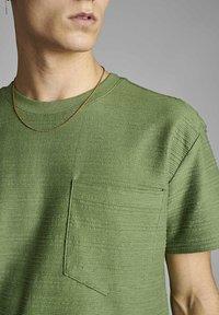 Anerkjendt - T-shirt print - vineyard green - 2
