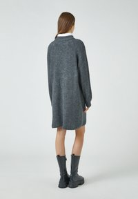 PULL&BEAR - Pletené šaty - grey - 2