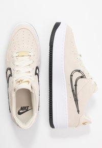 Nike Sportswear - AIR FORCE 1 SAGE - Zapatillas - light cream/black/metallic gold - 1